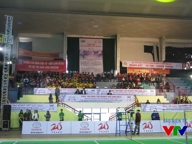 Các cổ động viên đã có mặt từ sớm để cổ vũ các đội tuyển