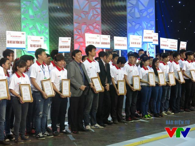 Ông Phạm Việt Tiến - Phó Tổng Giám đốc Đài Truyền hình Việt Nam trao giấy chứng nhận cho đại diện các đội tuyển