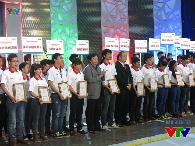 Ông Phạm Việt Tiến - Phó Tổng Giám đốc Đài Truyền hình Việt Nam và đại diện Công ty TOYOTA Việt Nam trao giấy chứng nhận cho các đội tuyển