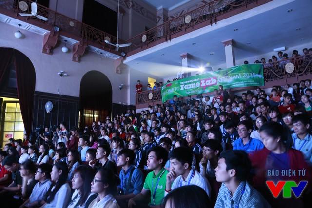 Giảng đường Ngụy Như Kon Tum - nơi tổ chức cuộc thi - chật cứng khán giả