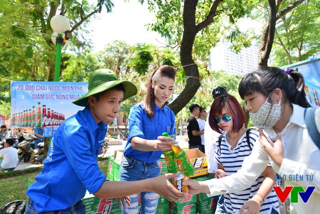 Người mẫu Hồng Quế cùng các tình nguyện viên chuyển những chai nước mát lạnh đến tay phụ huynh và người nhà thí sinh