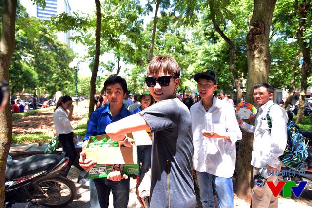 Ca sĩ Soobin Hoàng Sơn rất hăng hái trong hoạt động ý nghĩa này