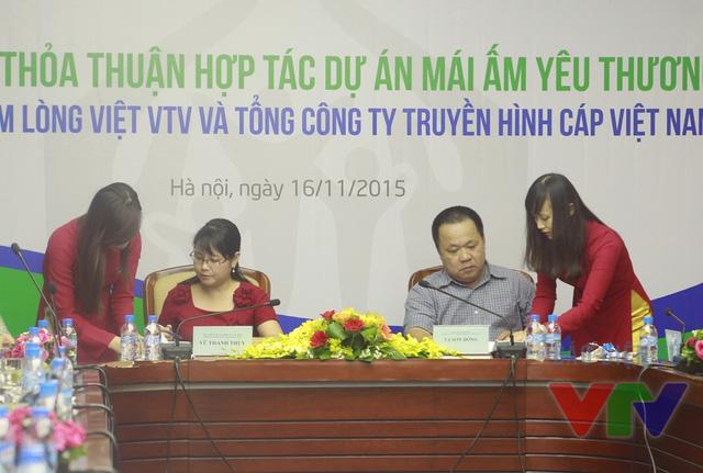Bà Vũ Thanh Thủy - Tổng Biên tập Báo Điện tử VTV News (Đài THVN), Phó Giám đốc Quỹ Tấm lòng Việt và ông Tạ Sơn Đông - Phó Tổng Giám đốc Tổng Công ty Truyền hình Cáp Việt Nam ký kết thỏa thuận hợp tác dự án Mái ấm yêu thương
