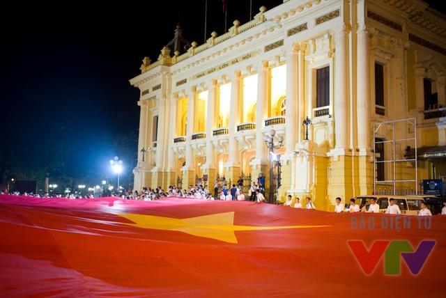 Tại Hà Nội, lá cờ được các học sinh, sinh viên truyền từ Nhà hát Lớn