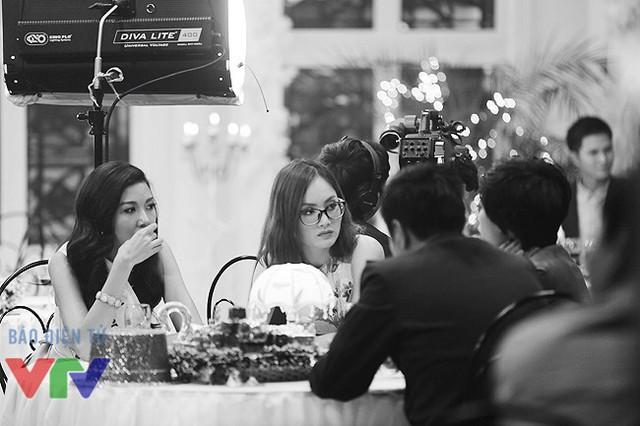 Cô ngồi chung bàn với NSƯT Tự Long, biên đạo múa Trần Ly Ly và Thúy Vân - người vừa giành vị trí Á hậu 3 của cuộc thi Hoa hậu Quốc tế 2015