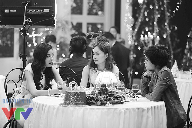 Lan Phương cùng biên đạo múa Trần Ly Ly nói chuyện với Thúy Vân khi ê-kíp chương trình đang ghi hình ở một bàn khác