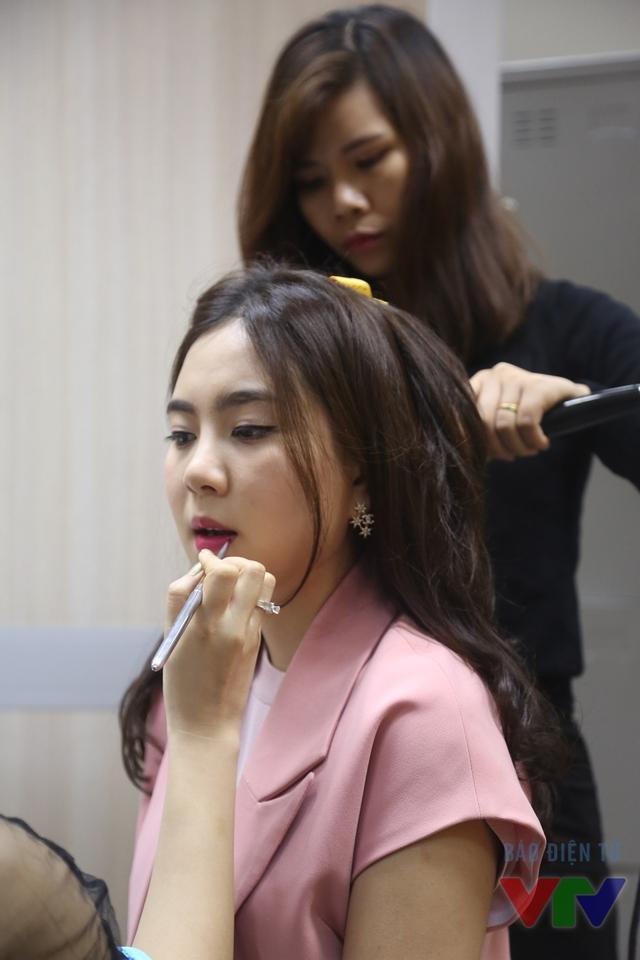 Người đẹp tranh thủ trang điểm, làm tóc trước khi lên hình.