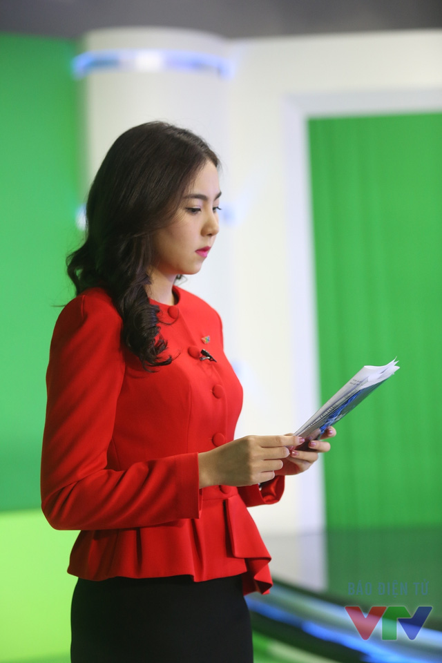 Dù chỉ xuất hiện ít phút trên sóng trong bản tin thời tiết song Mai Ngọc luôn có sự chuẩn bị kỹ lưỡng. Cô tranh thủ xem lại tài liệu trước giờ lên hình.