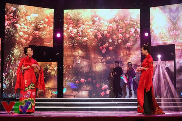 Với màn hình LED, sân khấu của tiết mục Nụ tầm xuân trở nên vô cùng cuốn hút.