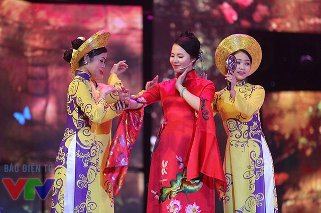 Ca sĩ Thùy Dung xuất hiện rạng rỡ trong chiếc áo dài truyền thống màu đỏ.