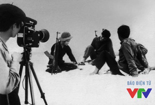 Một cảnh làm phim tài liệu trên cồn cát Quảng Bình