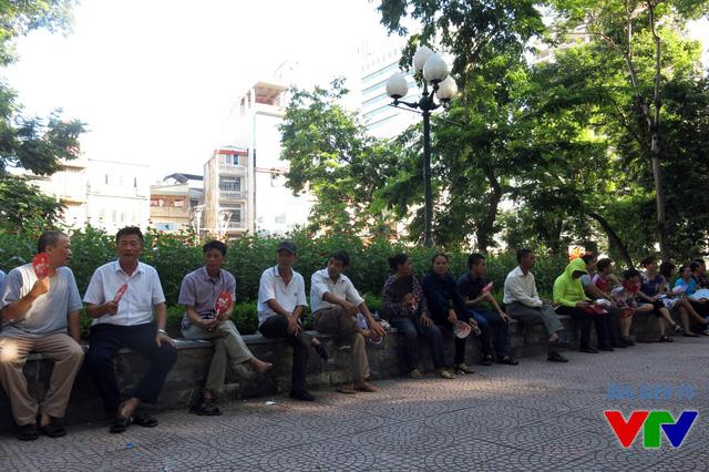 Các phụ huynh ngồi chờ thí sinh hoàn thành môn thi đầu tiên