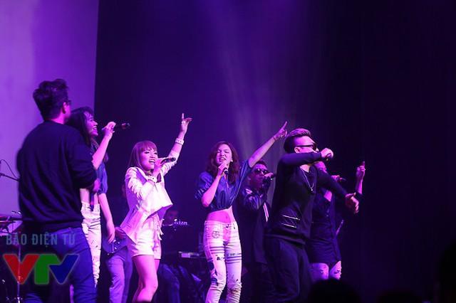 Nhật Thủy với ca khúc mở màn Young Hit Young Beat cùng các ca sĩ khác.