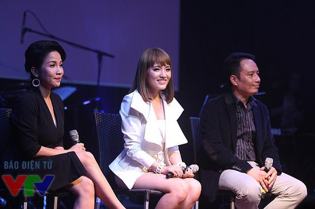 Ca sĩ Mỹ Linh, Nhật Thủy và nhạc sĩ Anh Quân trong phần trả lời câu hỏi của báo chí.