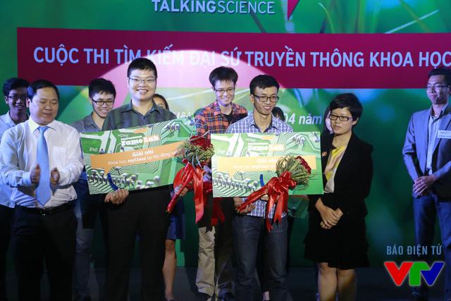 Nguyễn Quang Đạo và Cao Văn Tâm cùng đến từ Đại học Khoa học Tự nhiên đã giành giải Nhì của cuộc thi