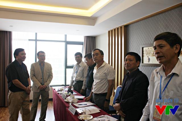 Chủ tịch LHTHTQ lần thứ 35 gặp mặt các giám khảo tại phòng chấm thi Phim tài liệu