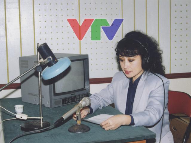 NSƯT Kim Tiến trong phòng thu âm thanh những năm 90.