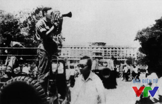 Phóng viên truyền hình Việt Nam quay cảnh Sài Gòn - trước Dinh Độc Lập sáng 1/5/1975