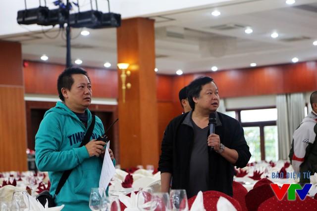 Đạo diễn Thành Long (trái) và ông Lương Minh - Phó Trưởng Ban Văn nghệ Đài THVN (phải) chỉ đạo ê-kíp thực hiện chương trình