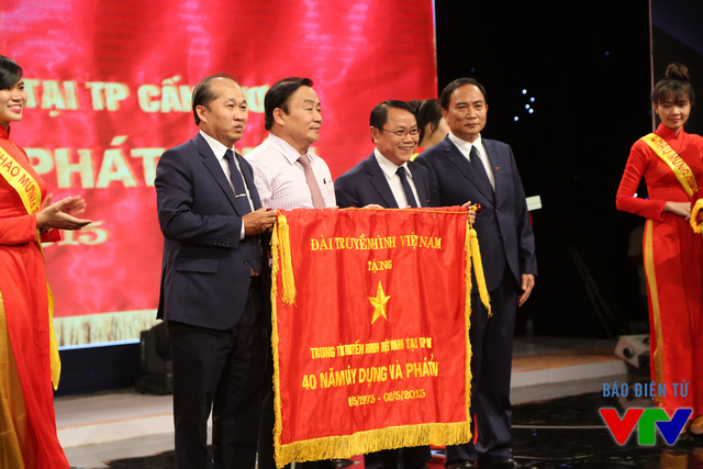Phó Tổng Giám đốc Lâm Kiết Tường trao bức trướng của Đài Truyền hình Việt Nam cho VTV Cần Thơ