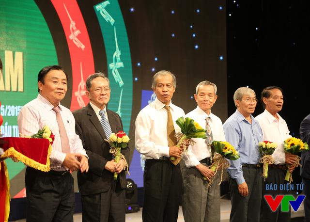 Phó Tổng Giám đốc Lâm Kiết Tường và Giám đốc Phạm Phi Thường tặng hoa các vị nguyên lãnh đạo Đài Truyền hình Việt Nam và Đài PT-TH khu vực
