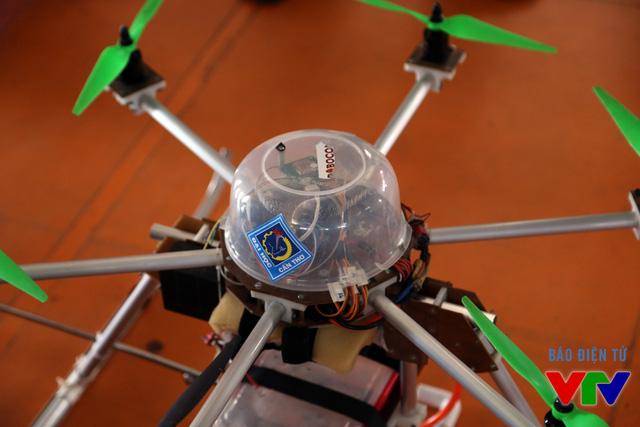 Logo trên thiết bị cho thấy những chiếc Flying-Cam này đến từ Đại học Cần Thơ