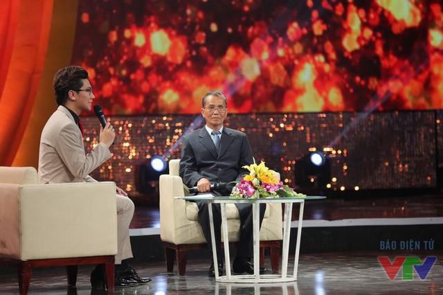 MC Công Tố trò chuyện với ông Võ Văn Em - người thực hiện nhiệm vụ trinh sát, ám sát Trần Văn Văn