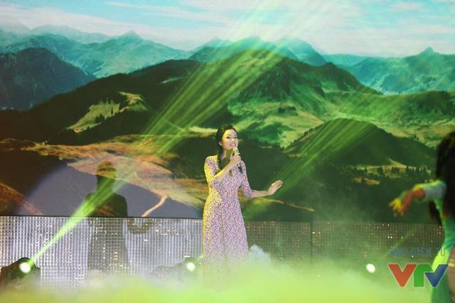 Bài hát Đất nước tình yêu do 2 ca sĩ Vũ Thắng Lợi - Tân Nhàn biểu diễn