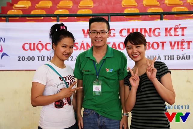 Hai bạn nữ tình nguyện viên đến từ Nha Trang đã nhanh chóng có mặt tại khu vực thi đấu để hỗ trợ Ban Tổ chức và các đội tuyển