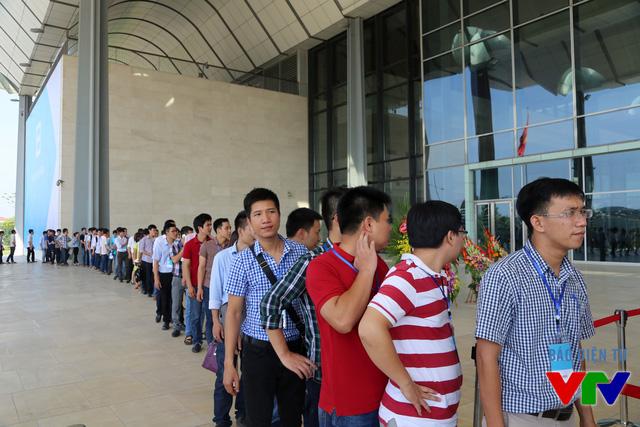 Người dùng xếp hàng dài trước khi sự kiện chính thức bắt đầu