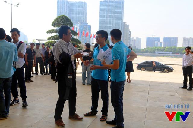 Các nhân viên của Bkav đón tiếp và hướng dẫn các khách mời