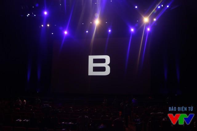 Màn hình đen với logo chữ B nổi bật trước khi BPhone chính thức được giới thiệu