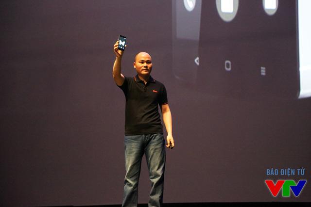 Ông Nguyễn Tử Quảng - CEO của Bkav xuất hiện với siêu phẩm BPhone trên tay