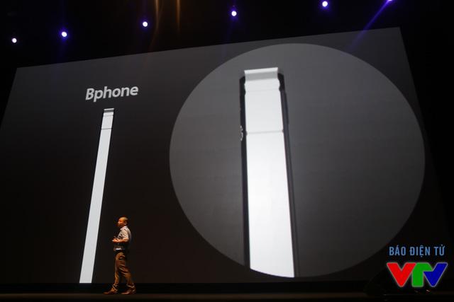 Đặc biệt, camera của máy không được thiết kế lồi như iPhone 6 Plus và Galaxy S6