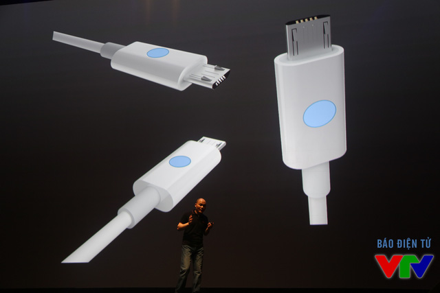 BPhone hỗ trợ kết nối qua cổng USB loại B với thiết kế đặc biệt giúp người dùng phân biệt đầu cắm đúng chiều ngay cả trong bóng tối