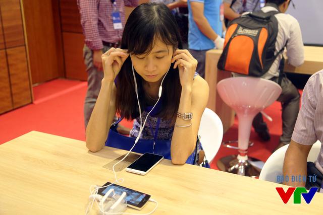 Người dùng trải nghiệm chất lượng âm thanh trên BPhone