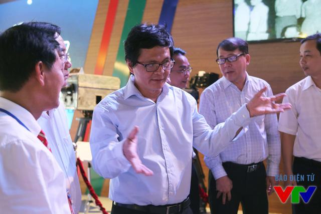 Tổng Giám đốc Trần Bình Minh tại gian trưng bày của VTV