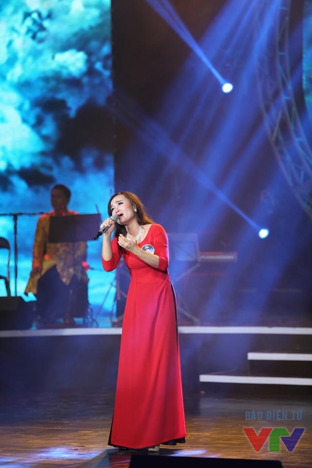 Phạm Thị Vân Anh (SBD 06) thể hiện ca khúc Miền xa thẳm