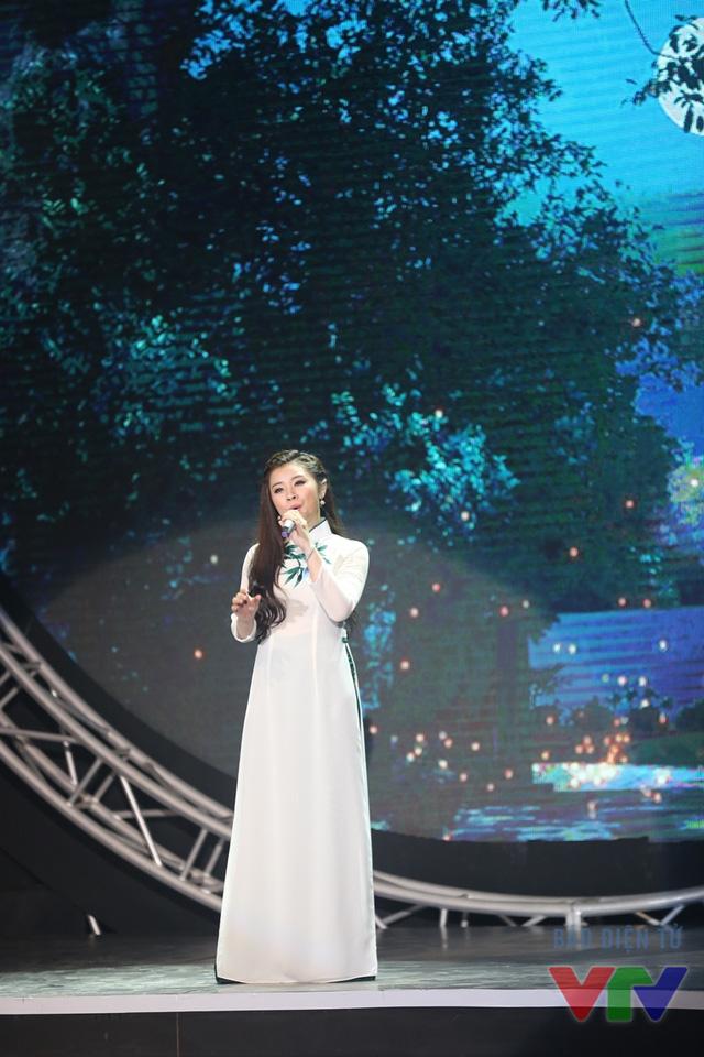 Thí sinh Nguyễn Thị Thu Hằng (SBD 24) thể hiện ca khúc Tiếng Việt