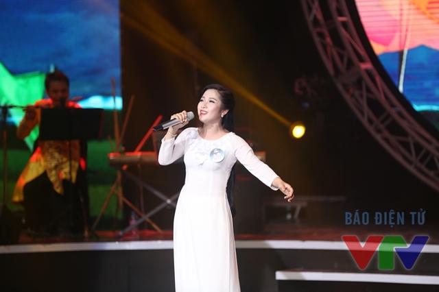 Nguyễn Thị Thủy (SBD 46) thể hiện ca khúc Giữa Mạc Tư Khoa nghe câu hò vĩ dặm