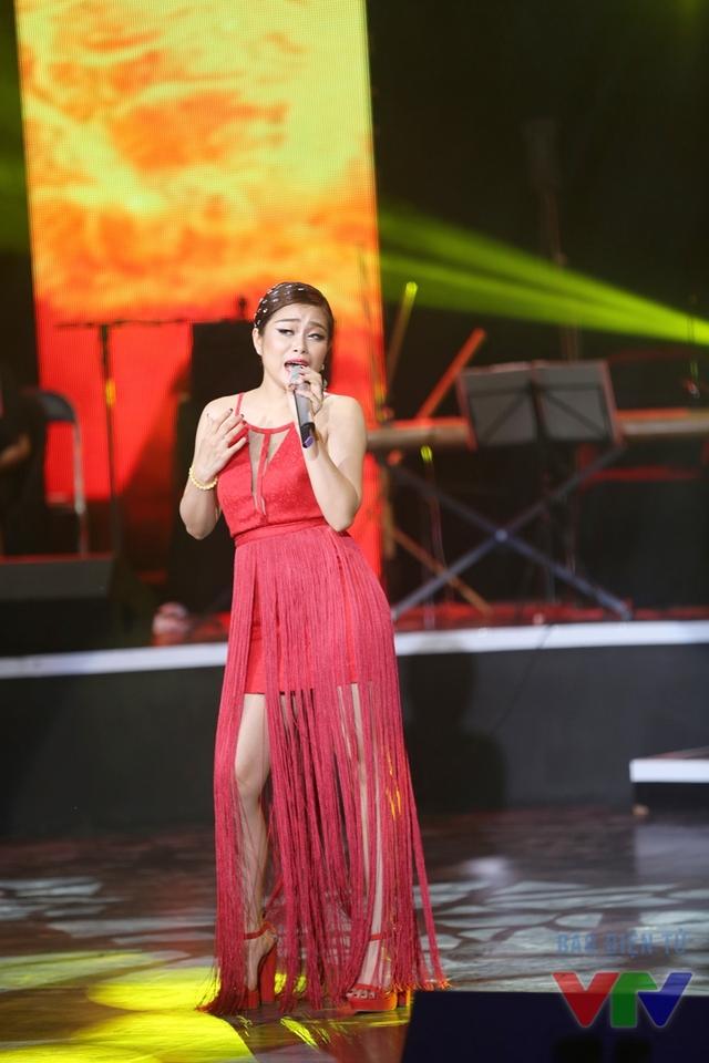 Hoàng Thị Hồng Ngọc (SBD 09) thể hiện ca khúc Em vẫn muốn yêu anh