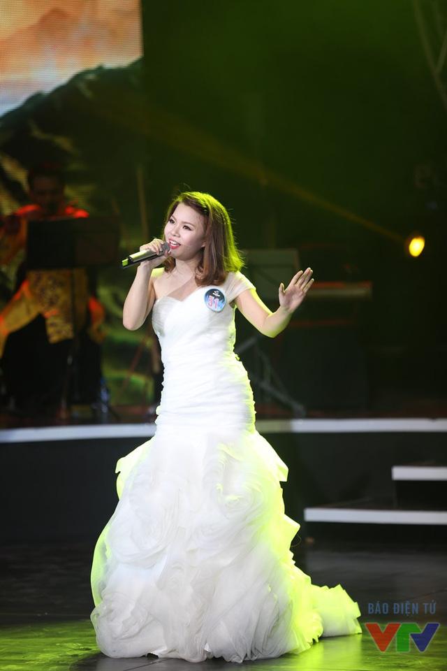 Lê Thị Dung (SBD 51) thể hiện ca khúc Cánh chim báo tin vui