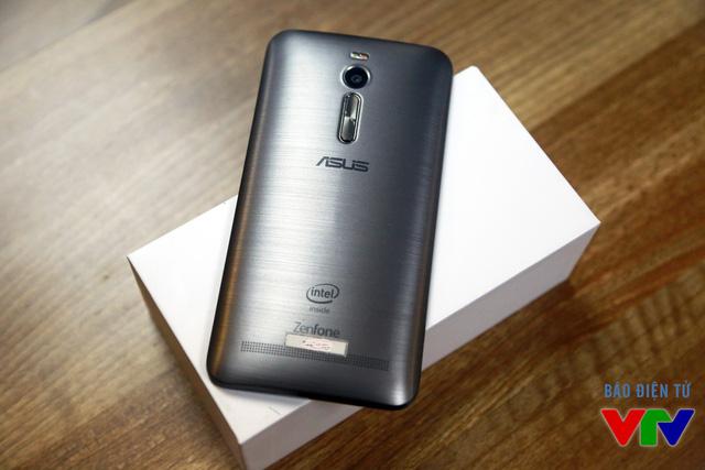 Zenfone 2 nổi bật với mặt lưng giả kim loại