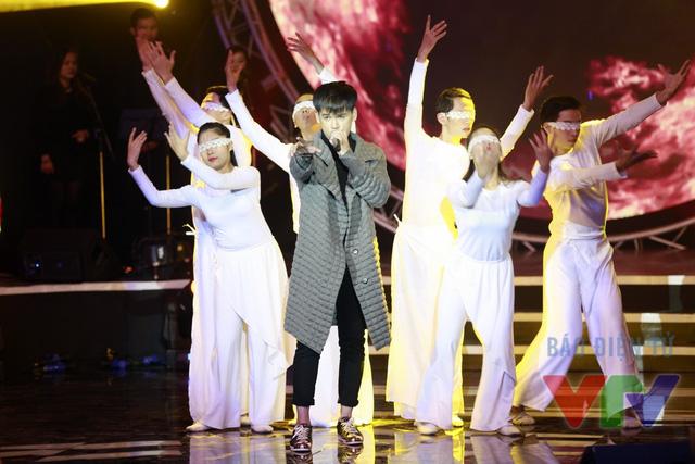 Nguyễn Trần Trung Quân trình bày ca khúc Lửa. Đây là ca khúc nằm trong album Khởi hành của nam ca sĩ từng chiến thắng giải Âm nhạc Cống hiến.