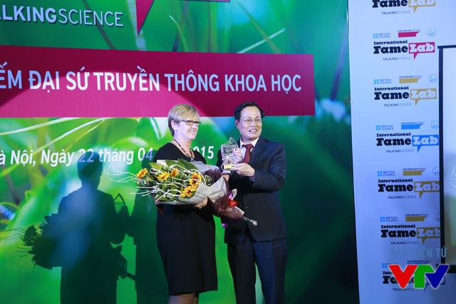 Bà Cherry Gough - Giám đốc Hội đồng Anh Việt Nam và GS.TS.NGƯT. Nguyễn Hữu Đức - Phó Giám đốc Đại học Quốc gia Hà Nội