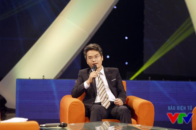 Phó Giáo sư, Tiến sĩ Phạm Hoàng Hiệp, chủ nhân hạng mục Nhà khoa học trẻ dưới 35 tuổi của giải thưởng Tạ Quang Bửu trao đổi tại chương trình