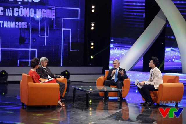 Tiến sĩ Nguyễn Quân - Bộ trưởng Bộ Khoa học và Công nghệ trao đổi tại chương trình