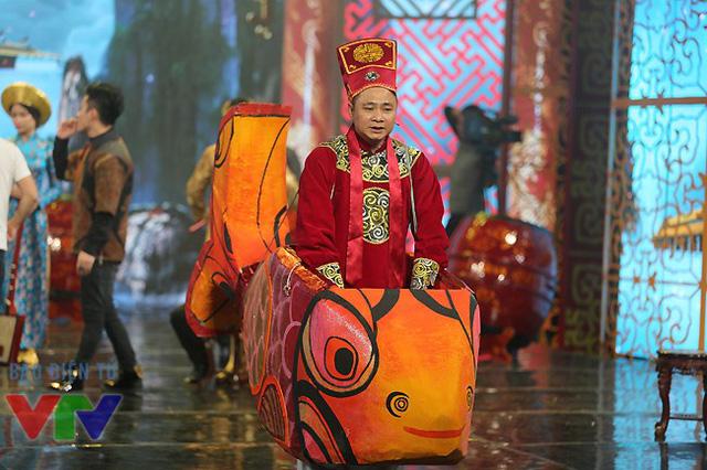 Diễn viên Tự Long trong bộ đồ Táo quân và phương tiện di chuyển của anh trong chương trình năm nay.