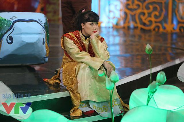 Táo Vân Dung với khuôn mặt buồn rầu trong lúc đợi tập.