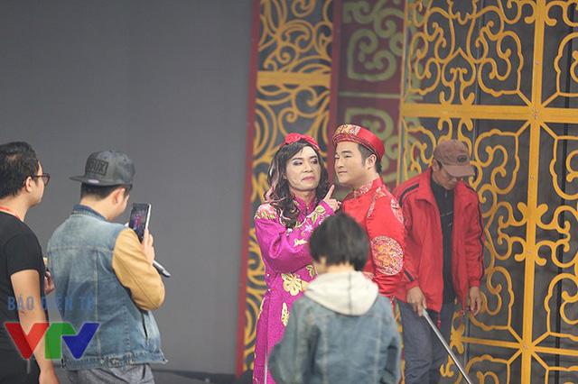 Cô Đẩu Công Lý và Thiên lôi bị thất sủng Minh Quân chụp ảnh lưu niệm sau chương trình.